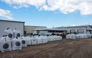 Varikolla on pakattuna suursäkkeihin 16 eri tuotetta. Säkit toimitetaan asikaalle koura-autolla.